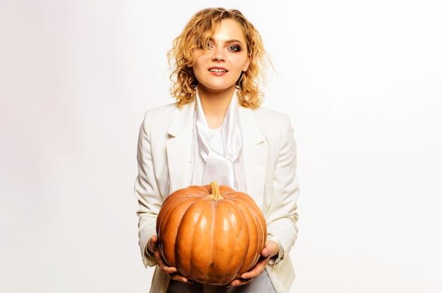 Femme heureuse avec citrouille d'halloween. célébrer le jour de thanksgiving. la charité s'il-vous-plaît. 31 octobre.