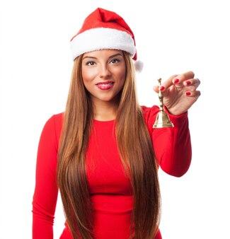 Femme heureuse avec une cloche