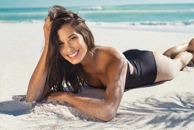 Femme heureuse, coucher sable