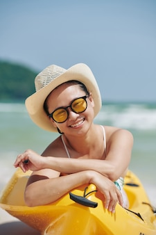 Femme heureuse, dans, bateau kayak