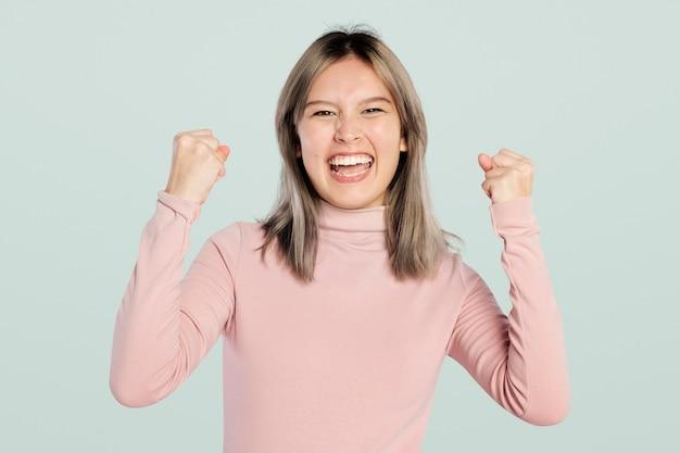 Femme heureuse dans un col roulé rose