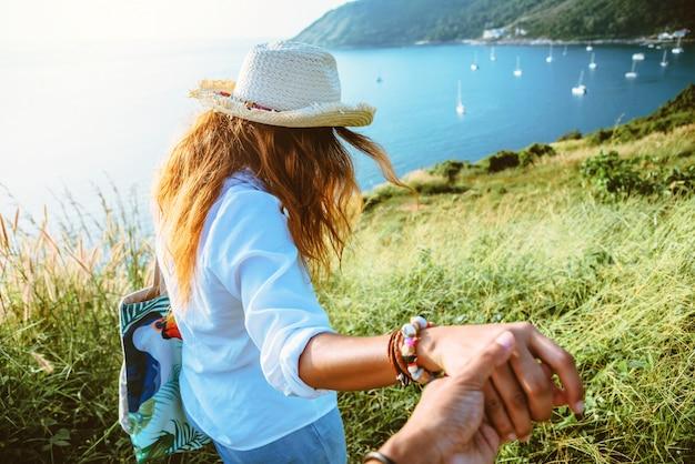 Femme heureuse dans la nature avec son amant