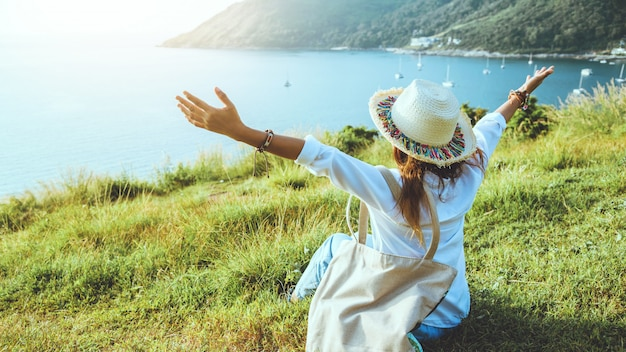 Femme heureuse dans la nature
