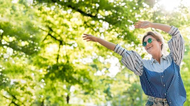 Femme heureuse, dans, parc été, basse vue
