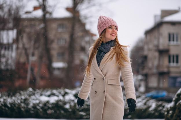 Femme heureuse dans un parc d'hiver