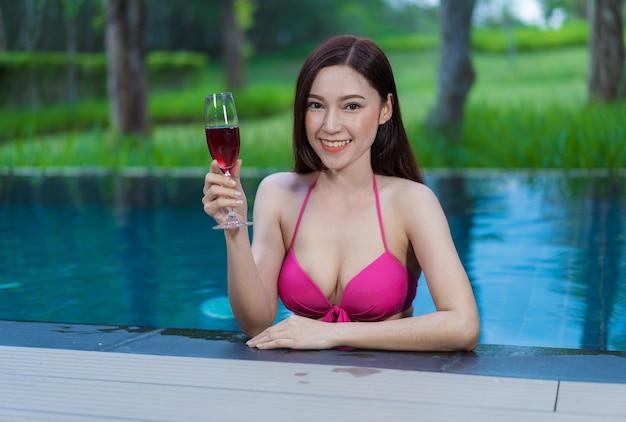 Femme heureuse dans la piscine