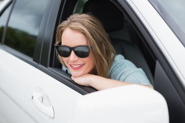 Femme heureuse dans le siège du conducteur