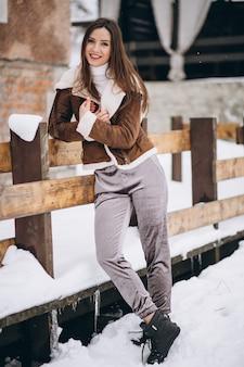 Femme heureuse dehors en hiver