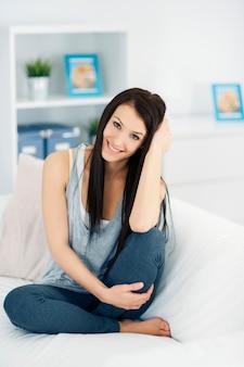 Femme heureuse, délassant, sur, sofa