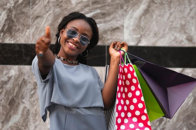 Femme heureuse donne son signe à la caméra