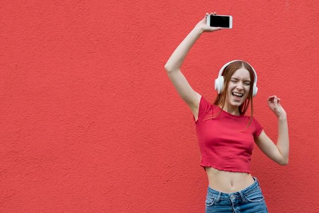 Femme heureuse, écouter musique