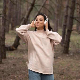 Femme heureuse, à, écouteurs