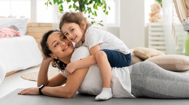Femme heureuse et enfant coup moyen