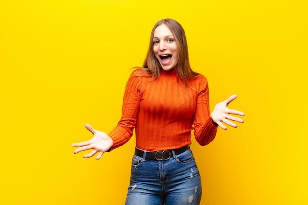 Une femme heureuse, étonnée, chanceuse et surprise, comme dire sérieusement omg? incroyable