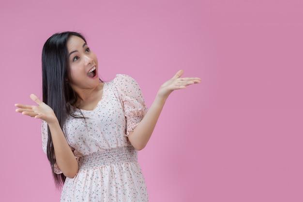 Femme heureuse avec expression de surprise