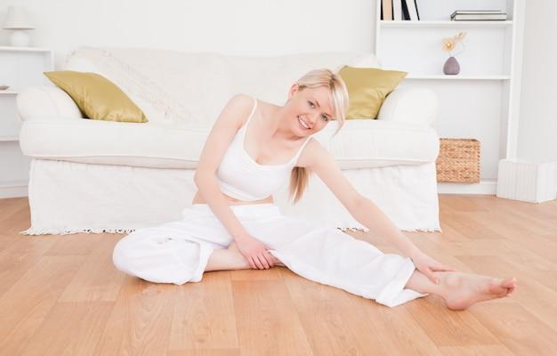 Femme heureuse, faire des exercices de fitness