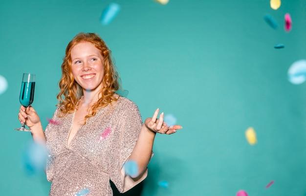 Femme heureuse, faire la fête avec espace copie