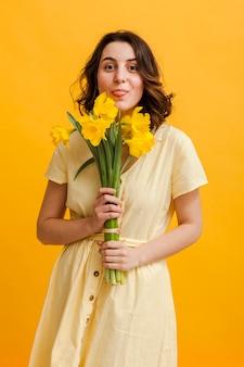 Femme heureuse avec des fleurs