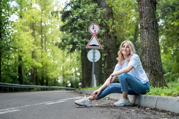 Femme heureuse en forêt profiter de l'heure d'été gratuite sur fond de bois