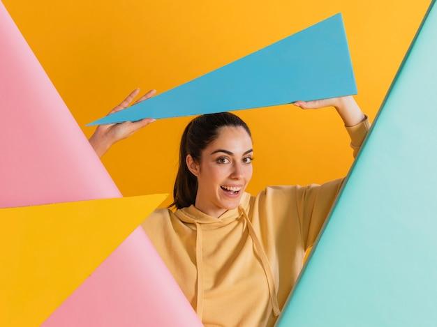 Femme heureuse avec des formes géométriques