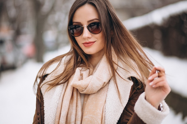 Femme heureuse en hiver