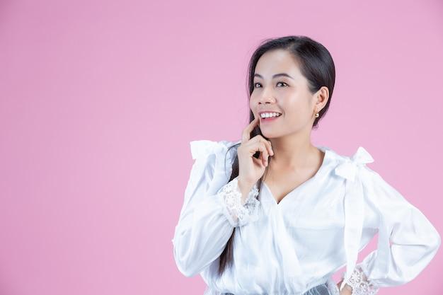 Femme heureuse avec index sur son menton