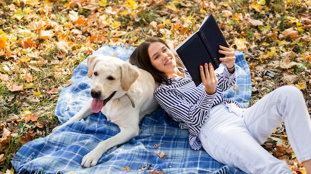 Femme heureuse avec labrador dans le parc