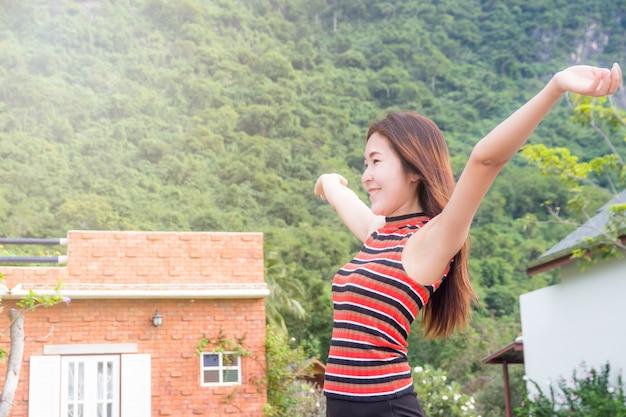 Femme heureuse libre appréciant la nature belle fille en plein air, concept de liberté