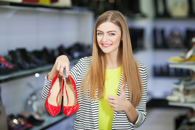 Femme heureuse en magasin de chaussures