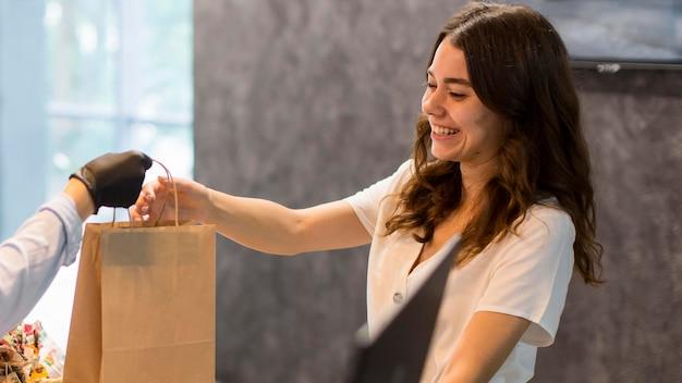 Femme heureuse de magasiner des produits biologiques