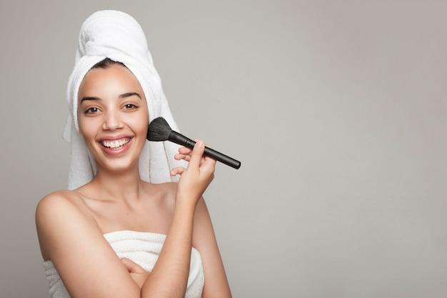 Femme heureuse avec maquillage après bain