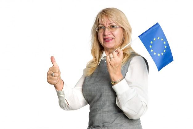 Femme heureuse mature dans des verres avec le drapeau de l'union européenne sur blanc.