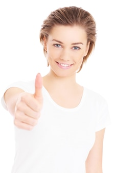 Une femme heureuse montrant un signe ok sur fond blanc