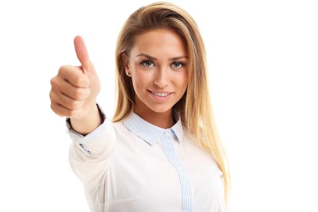 Femme heureuse montrant signe ok sur fond blanc