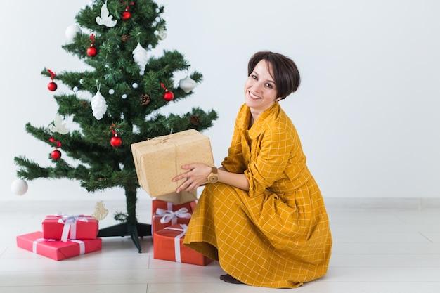Femme heureuse, ouverture des cadeaux de noël