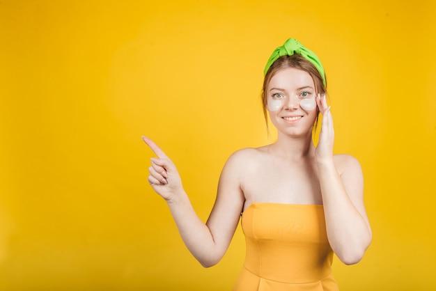 Femme heureuse avec patch sous les yeux