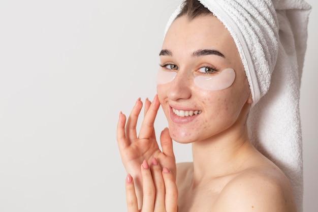 Femme heureuse avec des patchs oculaires