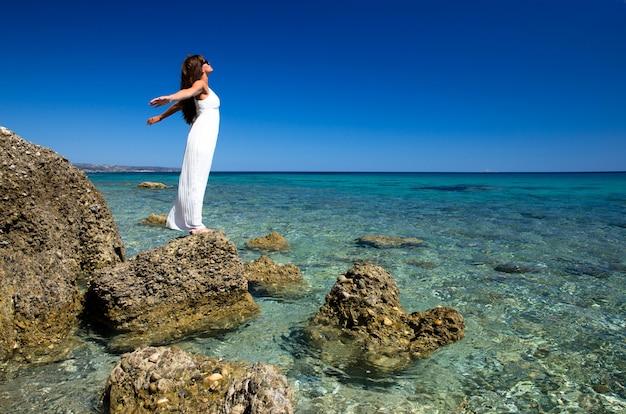 Femme heureuse sur le paysage de la mer