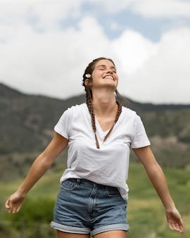 Femme heureuse en plein air coup moyen