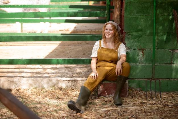 Femme heureuse de plein coup à la ferme
