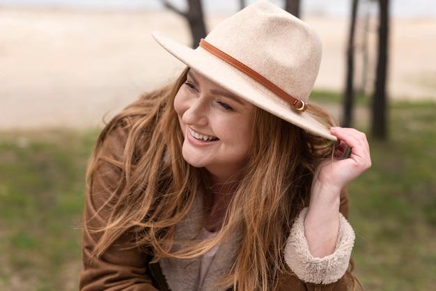 Femme heureuse, porter, chapeau, coup moyen