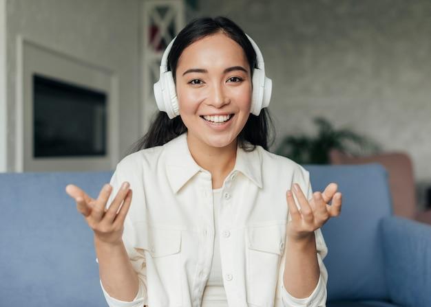 Femme heureuse, porter, écouteurs