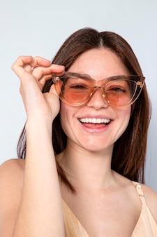 Femme heureuse, porter, lunettes soleil
