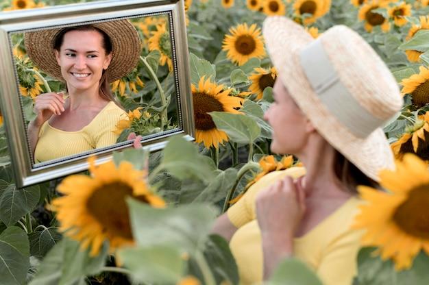 Femme heureuse, poser, à, miroir