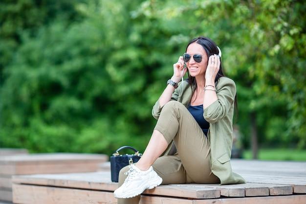 Femme heureuse profiter d'un week-end dans le parc