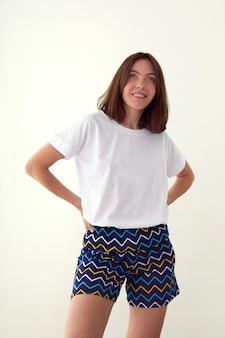 Femme heureuse en pyjama en studio rit