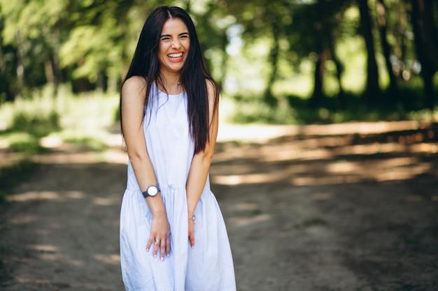 Femme heureuse en robe dans le parc