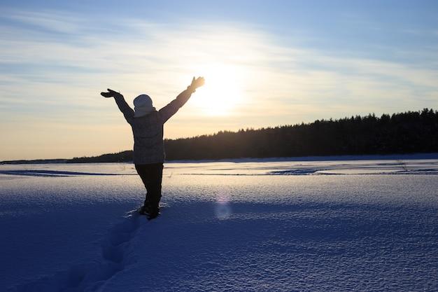 Femme heureuse s'amuser à l'extérieur en hiver