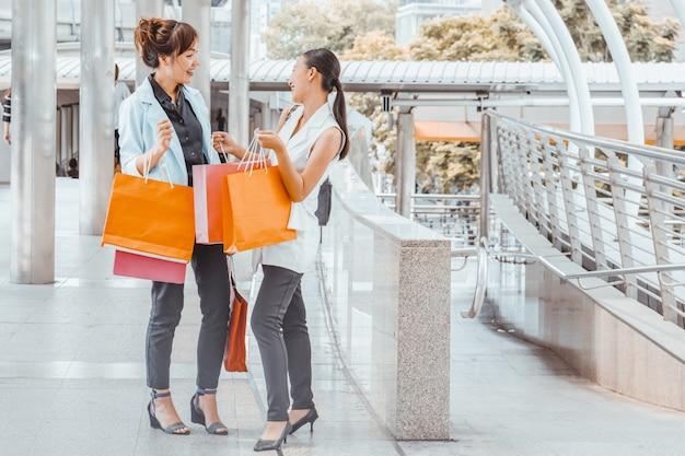 Femme heureuse avec des sacs à provisions bénéficiant d'achats. shopping femme, concept de mode de vie