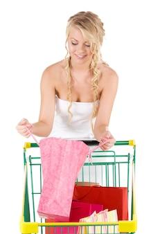 Femme heureuse avec des sacs à provisions et panier sur blanc